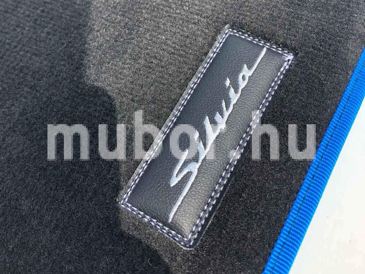 szilvia felirat autószőnyegben műbőrbe hímezve