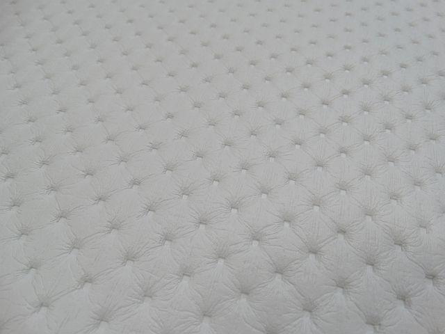 Punto lyukacsos hatású fehér műbőr - Műbőr webshop 8d98043d26